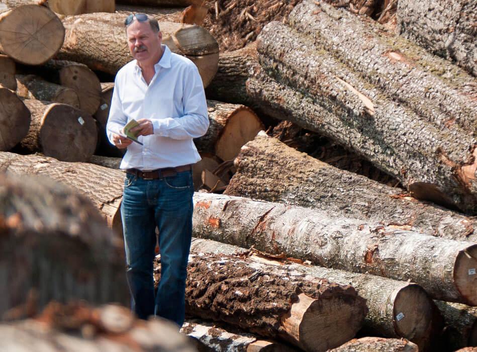 Reinhard Moser beim Holzeinkauf